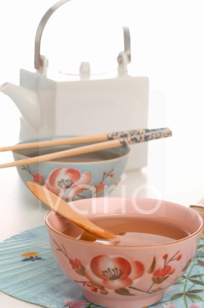 Asiatische Teekanne und Tassen