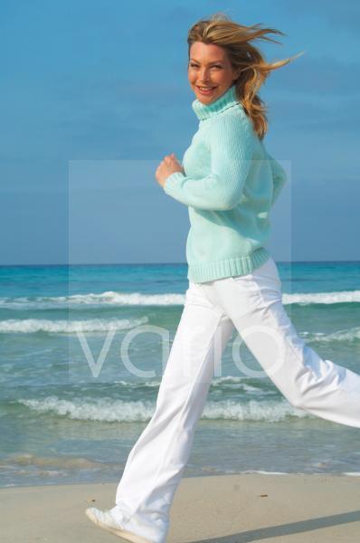 Frau läuft am Meer