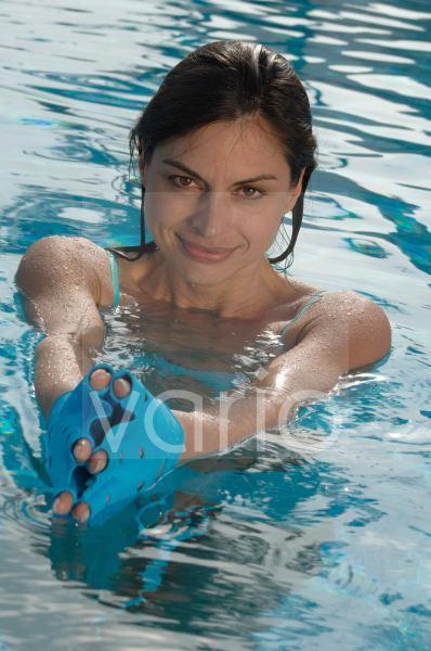 Frau mit Handschuhen im Wasser