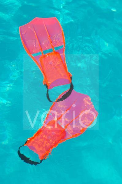 Schwimmflossen im Wasser
