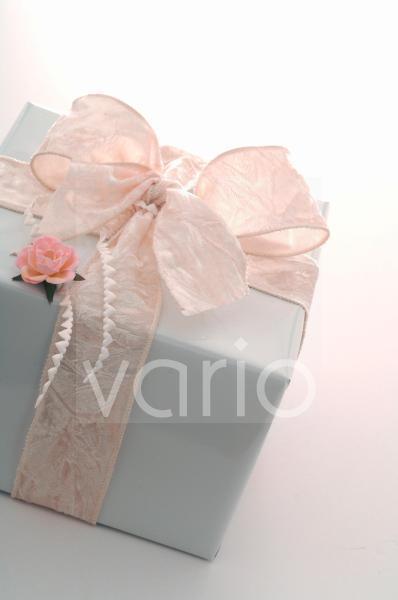 Weiß verpacktes Geschenk