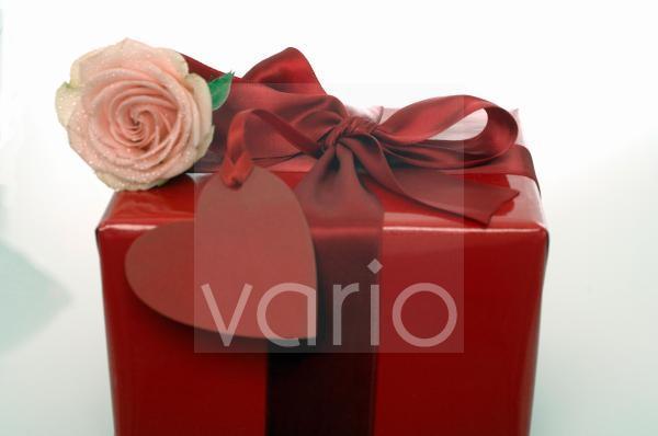 Geschenk mit Rose und Herzen