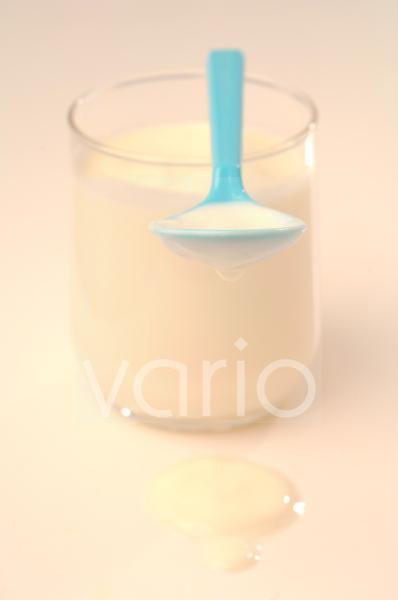 Joghurt im Glas und Löffel