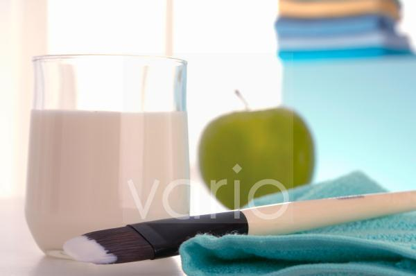 Joghurtmaske; Apfel und Pinsel zum Auftragen