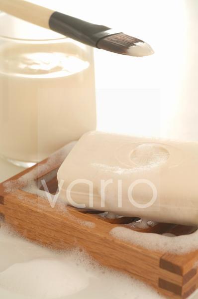 Joghurtmaske mit Pinsel und Seife