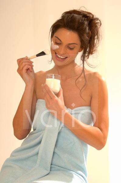 Frau trägt Joghurtmaske auf