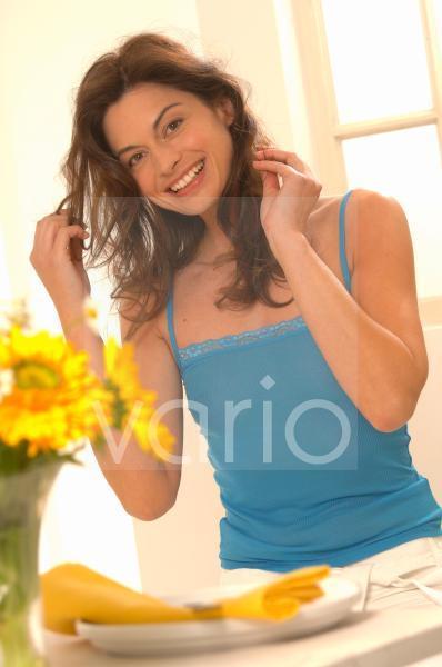 Frau fässt sich an das Haar