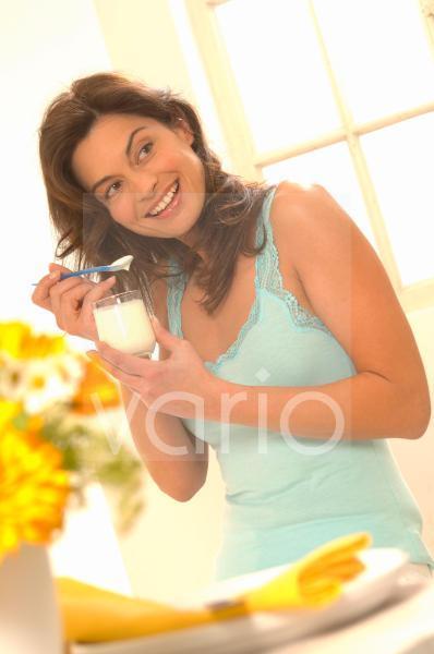 Frau mit Joghurt im Glas