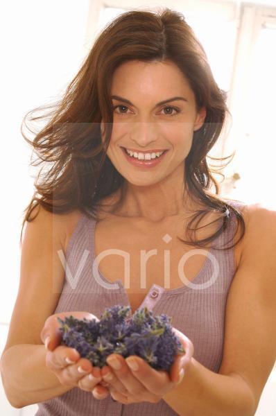Frau mit Lavendelblüten