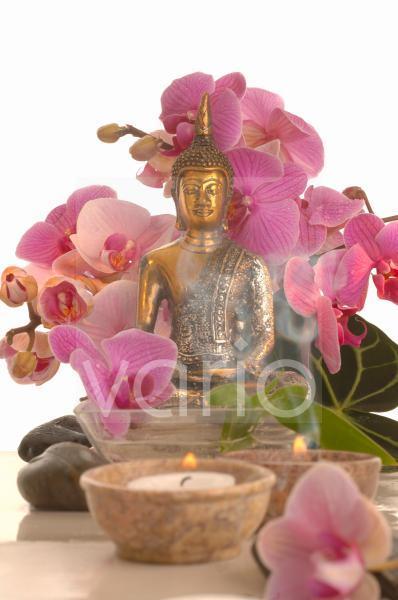 Orchideenstrauß mit Buddha-Figur