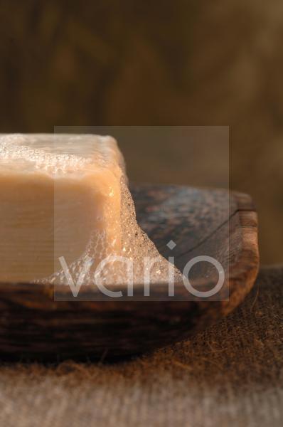Schaumige Seife in einer hölzernen Seifenschale