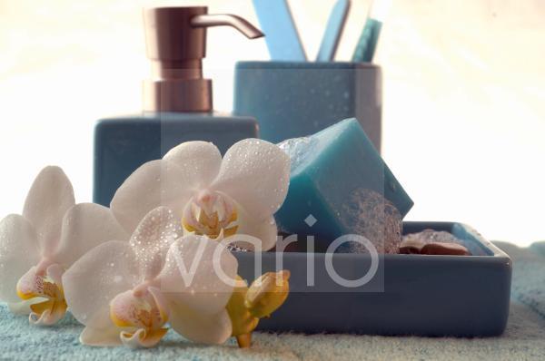 Blauer Seifenwürfel mit Orchideenblüte