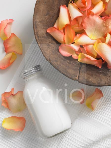 Rosenblütenblätter in einer Holzschale
