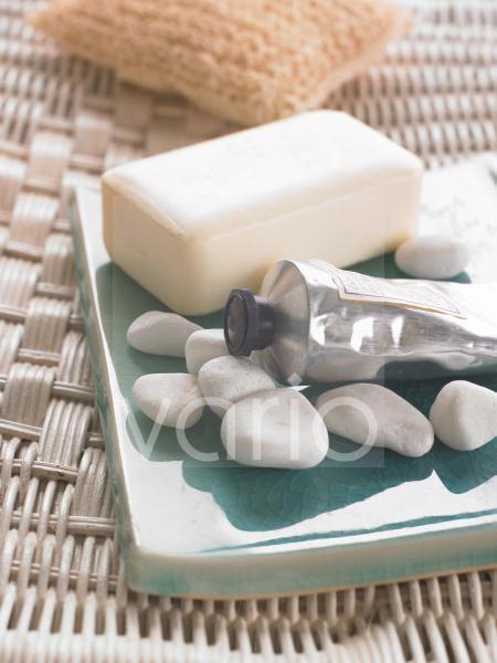 Seife und Kieselsteine auf asiatischer Schale