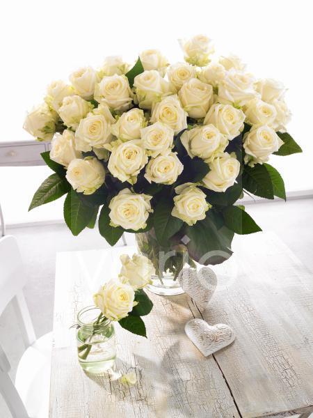 Weißer Rosenstrauß mit Herzdeko