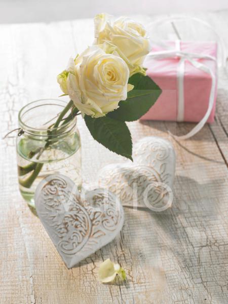 Weiße Rosen und weiße Herzen