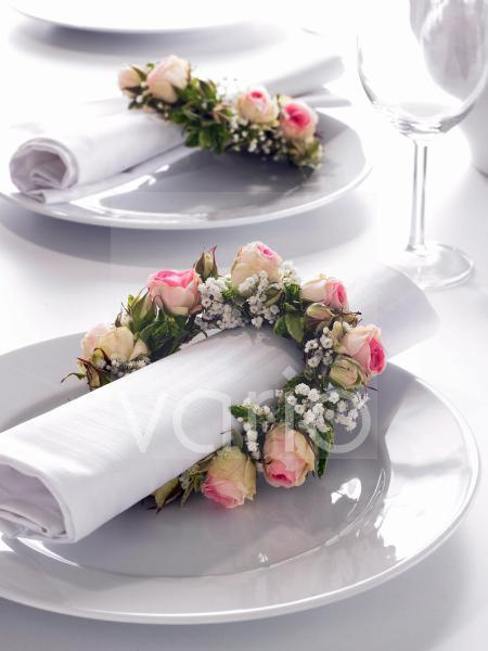 Serviettenkränze aus Rosen und Schleierkraut