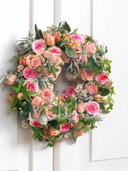 Kranz aus Rosen; Efeu; Lavendelkraut und Salbei