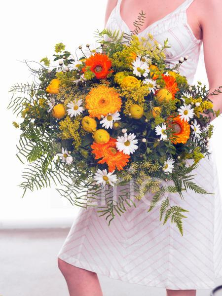 Strauß aus Ringelblume; Ranunkeln; Margerite- mit Model