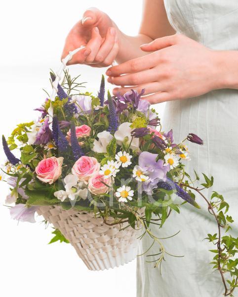 Blumenkorb mit Rosen; Wicken; Akelei und Veronika