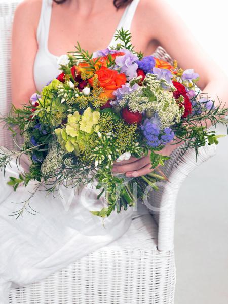 Sommerstrauß in der Hand: Rosen; Phlox; Dill; Wicken
