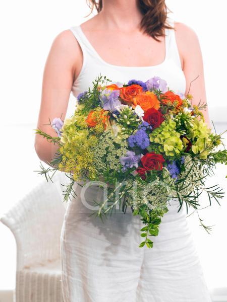 Modell mit Sommerstrauß: Rosen; Phlox; Dill; Wicken