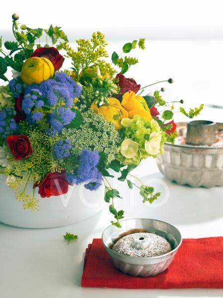 Strauß aus Ranunkeln; Rosen; Ageratum; Dill; Wilde Möhre