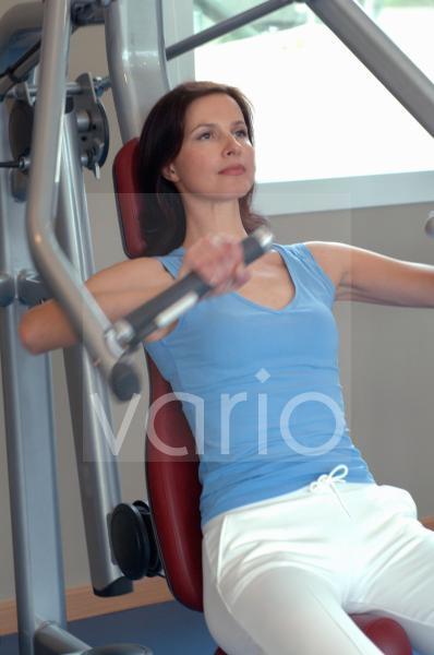 Frau trainiert am Fitness-Gerät