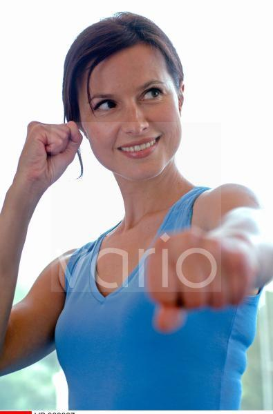 Frau im Sport Dress macht Aerobic Übung