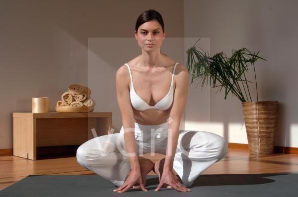 Frau bei Yoga Übung