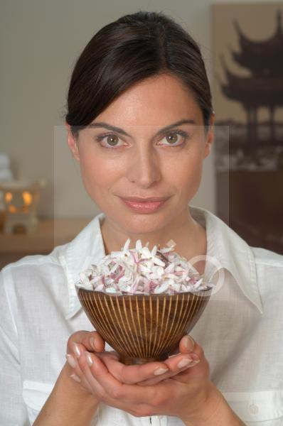Frau mit Blütenschale