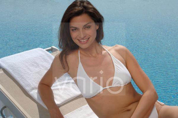 Frau auf Liege am Swimming Pool