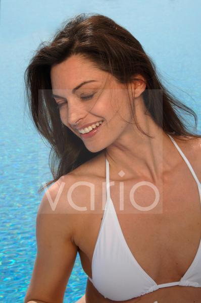 Frau im Bikini am Swimmingpool