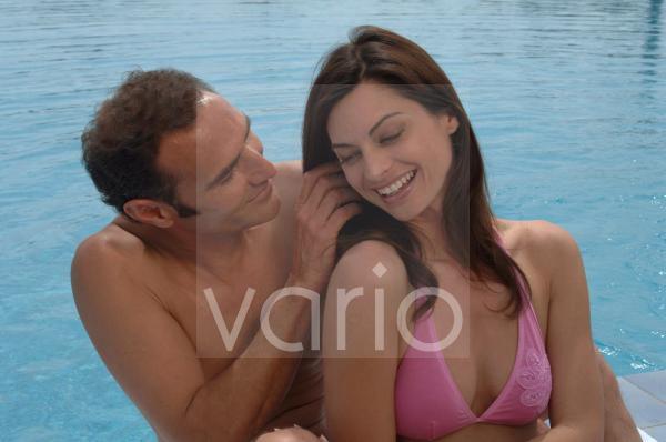 Paar am Swimmingpool