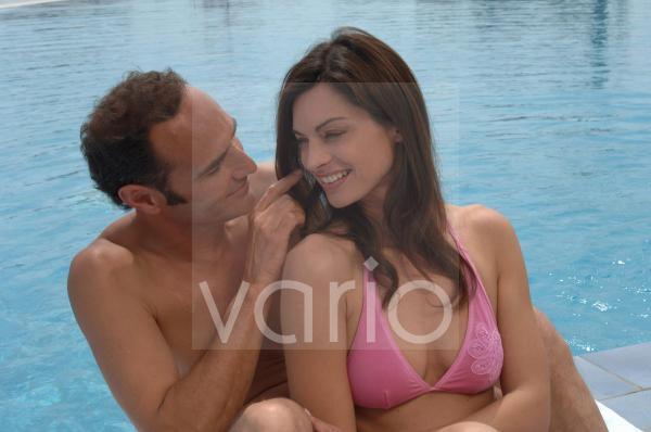 Paar am Swimming Pool
