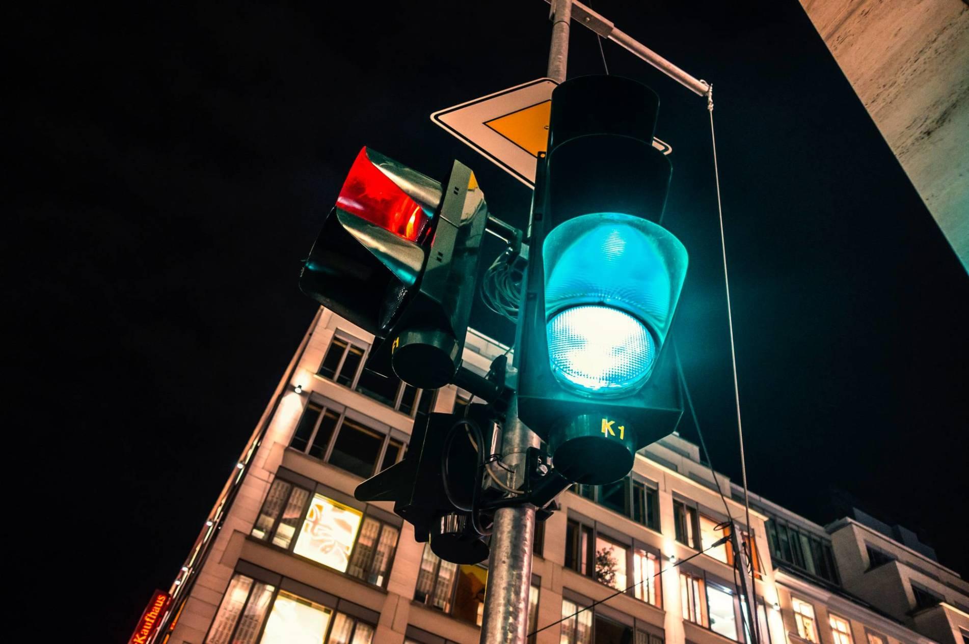 VP 5150710, DEUTSCHLAND, BERLIN, 15.01.2015,  Verkehrsampel bei nacht  [Urhebervermerk: Karl-Heinz Spremberg/Chromorange/vario images]  [JEGLICHE VERWENDUNG nur gegen HONORAR und BELEG. URHEBER/AGENTURVERMERK wird gemaess Paragraph 13 UrhG und unserer AGB ausdruecklich verlangt. Es gelten ausschliesslich unsere AGB. Tel: +49-(0)228-935650, www.vario-images.com]