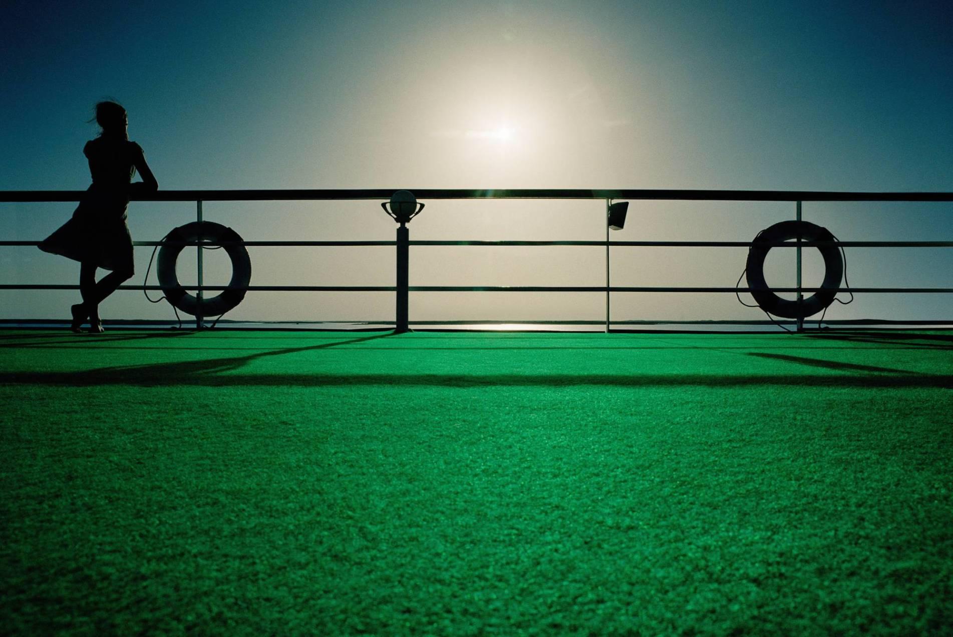 VP 5615001,  Woman leaning against handrails on Nile cruise ship, Egypt  [Urhebervermerk: Kent Krogh/Cultura RM/vario images]  [JEGLICHE VERWENDUNG nur gegen HONORAR und BELEG. URHEBER/AGENTURVERMERK wird gemaess Paragraph 13 UrhG und unserer AGB ausdruecklich verlangt. Es gelten ausschliesslich unsere AGB. Tel: +49-(0)228-935650, www.vario-images.com]